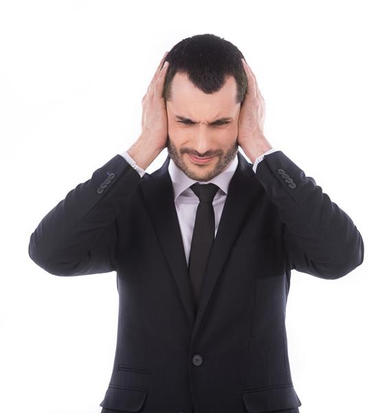 用手指按壓耳屏,一按一放的按摩法,對耳鳴、耳聾患者有助於減輕症狀。(Fotolia)