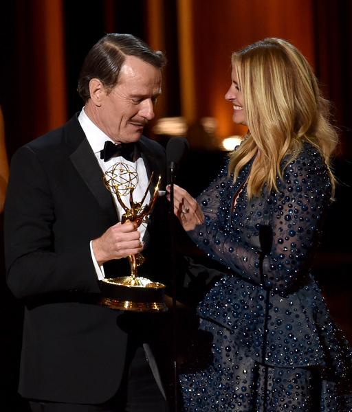 朱莉娅•罗伯茨向布莱恩•克兰斯顿颁发最佳男主角奖。(Kevin Winter/Getty Images)