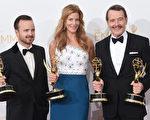 今年收官的AMC剧集《绝命毒师》三位主创捧最佳男主角(布莱恩•克兰斯顿,右)、男配角(亚伦•保罗,左)、女配角(安娜•冈恩)和最佳剧情类剧集奖座。(Jason Merritt/Getty Images)