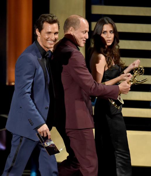 《真探》两位男主角马修•麦康瑙希(左)、伍迪•哈里尔森为本尼迪克特•康伯巴奇(未到场)颁发迷你剧最佳男主角奖时互相揶揄,效果十分欢乐。(Kevin Winter/Getty Images)