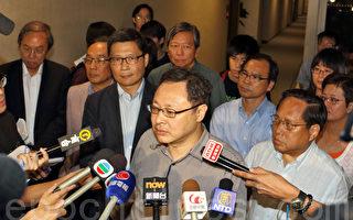 争取真普选的香港民间政团面对中共即将抛出的假普选,纷纷表明包括和平占中在内的全民抗命势在必行,图为占中发起人戴耀廷和民主派人士接受传媒采访。(蔡雯文/大纪元)
