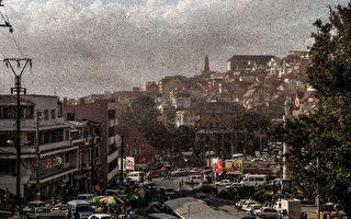 数十亿蝗虫侵袭 马达加斯加昏天暗地
