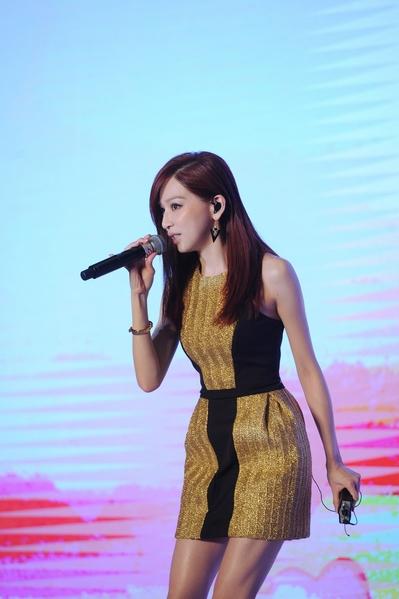 歌手王心凌28日帶著籌備近兩年的全新專輯《第10個王心淩》來北京舉辦一場音樂時尚派對。(環球唱片提供)