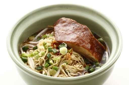 无论拉面、伊面、还是上海面的汤面,都不要把汤汁喝完。(fotolia)