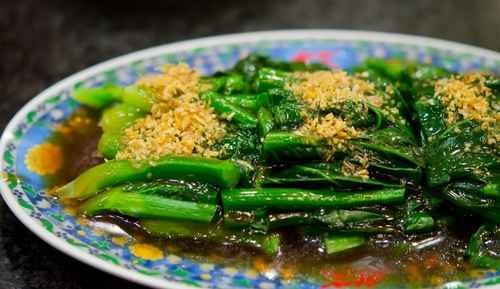 如果晚上有应酬,中餐就适当做调整。一般应酬多大鱼大肉,少蔬菜水果,因此中午最好增加蔬菜的摄入量。(fotolia)