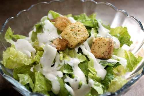 汉堡餐的薯条可以换成生菜沙拉,但色拉酱最好减半。(fotolia)