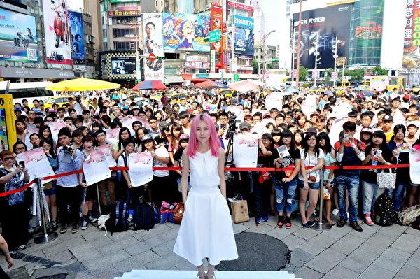 8月30日白安在台北舉辦預購簽唱會,當天的高溫讓她身體吃不消,和粉絲合照時還險些跌倒。(相信音樂提供)