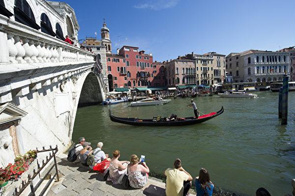 威尼斯贡朵拉将穿过里亚托桥。(Marco Secchi/Getty Images)