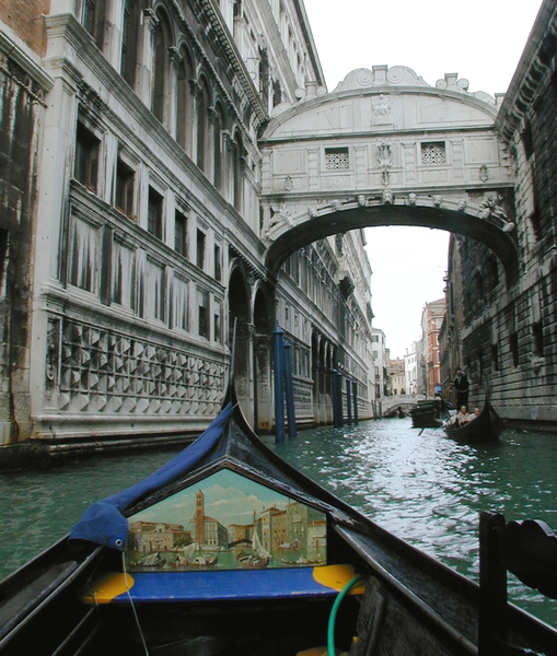 威尼斯贡朵拉将穿过叹息桥。(Marco Secchi/Getty Images)