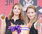 蕭亞軒於2014年8月31日在台北舉行《不解釋親吻》首場簽唱,A-Lin送上冠軍酒祝賀。(黃宗茂/大紀元)