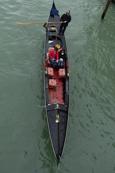 情侣乘贡朵拉浪漫游威尼斯。(GABRIEL BOUYS/AFP)