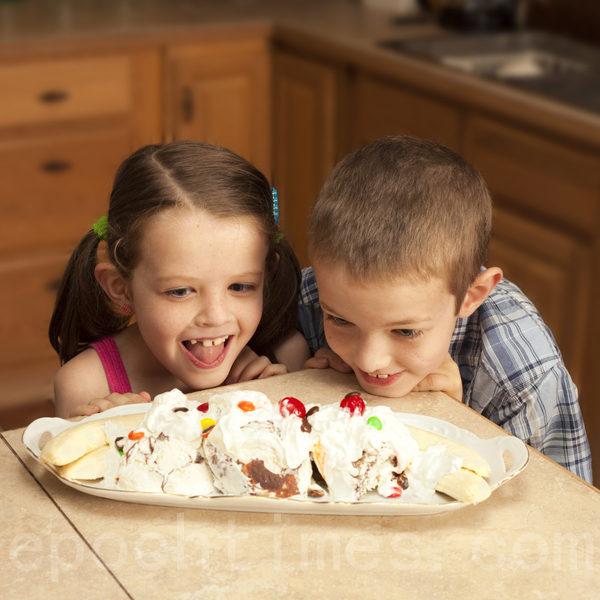 冰淇淋製作需使用大量的乳脂肪,吃進肚子需要時間去消化,血液集中在肚子是造成不易入睡的原因。 (Fotolia)