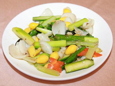 百合銀杏炒蘆筍,色香味營養俱全。(許基東/大紀元)
