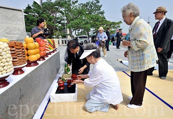 韓國的中秋節,也叫「秋夕」,是一年的秋收季節家庭團聚,共同祭拜祖先的日子。(AFP)