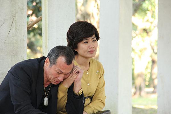 黄仲崑在剧中,饰演一个金盆洗手的黑道大哥,与严艺文有一段相知相遇之情。。(客家电视提供)