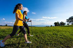 走路姿勢正確,能帶動人體13塊大肌肉群同時運動,走對了功效會加倍。(Fotolia)