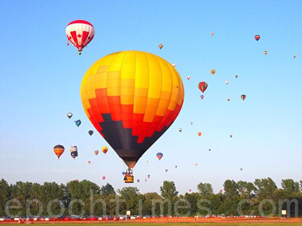 乘風而去圓一個飛行夢。2014加拿大蒙特利爾聖讓-黎舍留國際熱氣球節。(譚雅/大紀元)