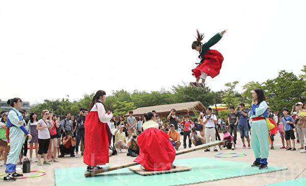 中秋節在韓國各景點熱鬧非凡,各種傳統民俗活動紛紛登場,是體驗傳統文化的好時光。(全宇/大紀元)