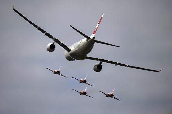 8月30日,在歐洲最大的航展——瑞士Air14航展中,各國飛行員在帕耶訥(Payerne)機場上空展示飛行技藝。圖為瑞士國際航空公司的一架空中客車A330客機在空中飛行。(FABRICE COFFRINI/AFP)
