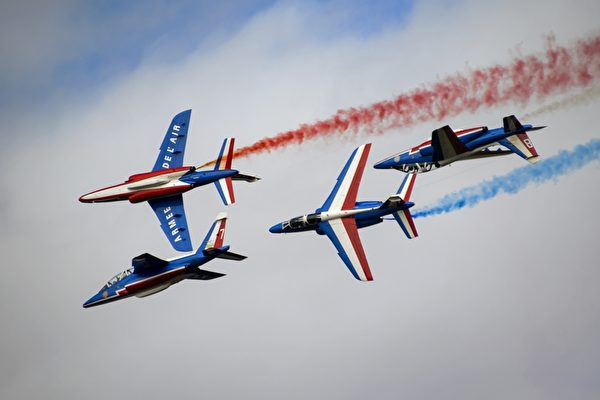8月30日,在歐洲最大的航展——瑞士Air14航展中,各國飛行員在帕耶訥(Payerne)機場上空展示飛行技藝。圖為法國巡邏兵特技飛行表演隊在空中表演。(FABRICE COFFRINI/AFP)