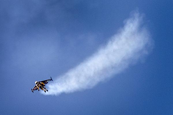 8月30日,在歐洲最大的航展——瑞士Air14航展中,各國飛行員在帕耶訥(Payerne)機場上空展示飛行技藝。圖為瑞士伊夫羅西駕駛噴氣式機翼在空中表演。(FABRICE COFFRINI/AFP)
