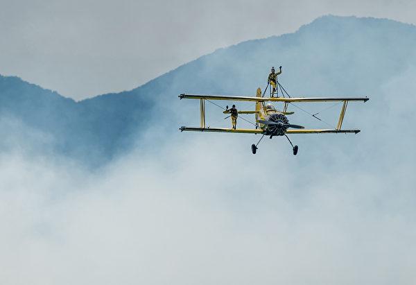 2014年8月30日,斯洛伐克國際航空節中,格魯曼G-164「農業貓」在空中表演。(JOE KLAMAR/AFP)