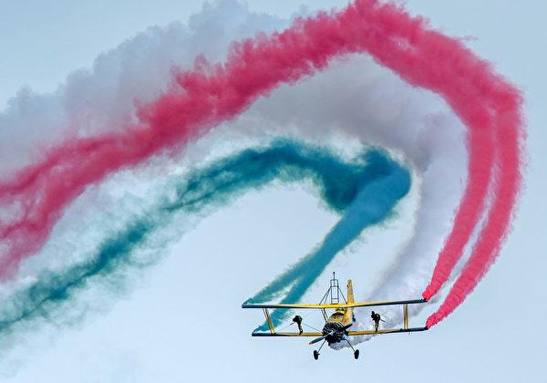 2014年8月30日,斯洛伐克國際航空節中,格魯曼G-164「農業貓」進行精彩的拉煙表演。(JOE KLAMAR/AFP)