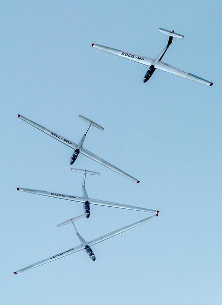 2014年8月30日,斯洛伐克國際航空節中,斯洛伐克Ocovski Bacovia特技飛行表演隊在空中演出。(JOE KLAMAR/AFP)