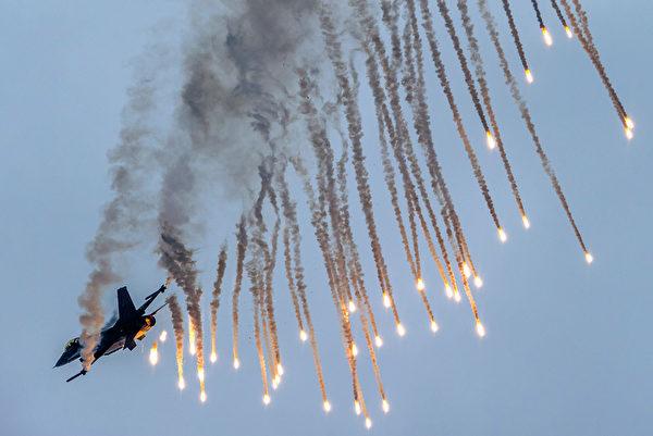 2014年8月30日,斯洛伐克國際航空節中,荷蘭飛行示範隊施放照明彈。(JOE KLAMAR/AFP)
