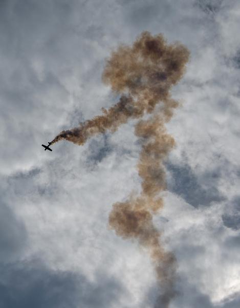 2014年8月30日,斯洛伐克國際航空節中,匈牙利特技飛行員威爾斯(Zoltan Veres)駕駛MXS飛機在航空展中展示飛行技能。(JOE KLAMAR/AFP)
