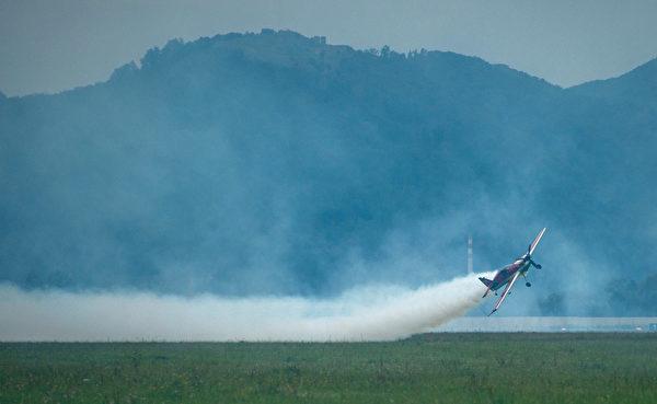 2014年8月30日,斯洛伐克國際航空節中,匈牙利特技飛行員威爾斯(Zoltan Veres)駕駛MXS飛機在航空展中展示技能。(JOE KLAMAR/AFP)