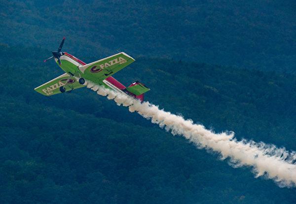 2014年8月30日,斯洛伐克國際航空節中,匈牙利特技飛行員威爾斯(Zoltan Veres)駕駛MXS飛機在空中展示技能。(JOE KLAMAR/AFP)