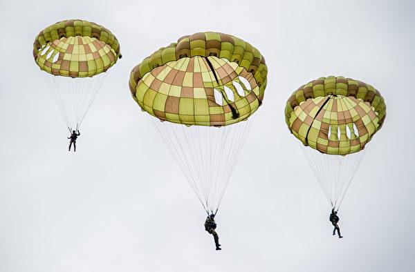 2014年8月30日,斯洛伐克國際航空節中,斯洛伐克傘兵在空中表演跳傘。(JOE KLAMAR/AFP)