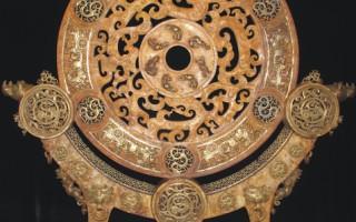 西汉时期黄玉嵌铜鎏金镂空龙凤马车纹饰璧。(图:华扬国际提供)