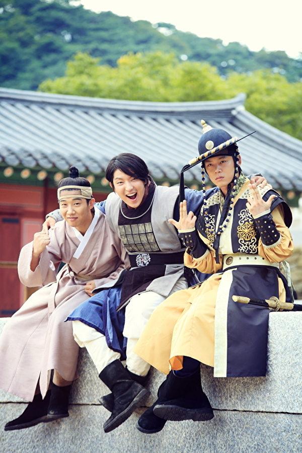 《朝鮮神槍手》新劇照,左起為:崔在煥、李準基、韓周完。(kbsmedia提供)