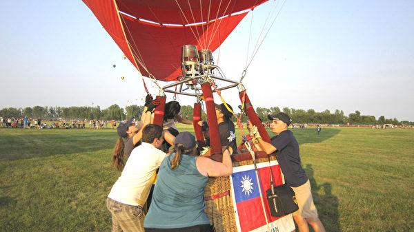 熱氣球升空前緊張準備。(本文作者提供)