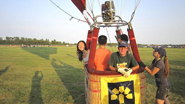 登上熱氣球,馬上要升空飛行了!(本文作者提供)