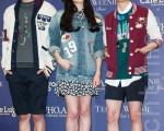 SJ-M团员周觅(左起)、f(x)宋茜Victoria和Amber 9月4日访台出席剪彩活动,500名粉丝挤爆活动现场。(陈柏州/大纪元)