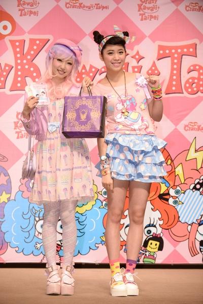 歐陽妮妮(右)擔任「TCKT親善大使」,並贈送台灣月餅給木村優。(公關提供)