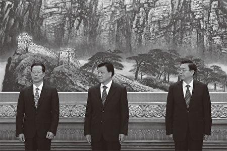 """在纪念邓小平110冥诞时,中共官方一再强调邓说的""""谁不改革谁下台"""",不但把矛头对准了江泽民,也同时对准了3江派常委:刘云山(中)、张德江(右)和张高丽(左)。(AFP)"""
