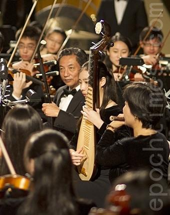 琵琶、二胡这些中国乐器奏出的旋律韵味,最适合表现中国多朝代和多民族的特色。去年的巡回演出中,神韵交响乐团以西方管弦乐的辉煌烘托出中国乐器独特的韵味,演奏了唐玄宗神游月宫得灵感,创作乐曲的情景。(神韵艺术团提供)