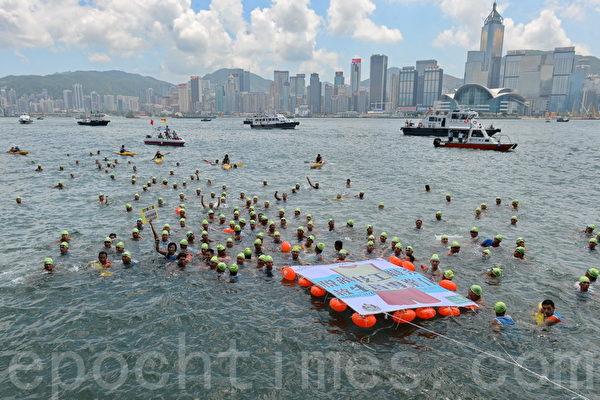 组图:香港救生员 跳海抗议促增加人手