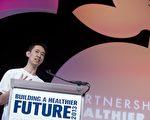 西南大学学生Dennis Ai2013年在苹果开发者大会上展示他开发的应用软件。(SAUL LOEB/AFP/Getty Images)