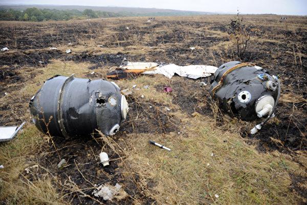 MH17坠毁 机身遭外物射穿解体