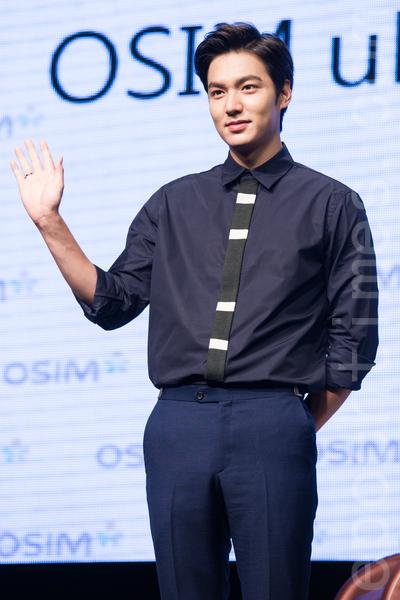 """韩星李敏镐8月11日出席访台见面会,他一出场就用中文打招呼,嘴甜说:""""你们是我的小天后""""。(陈柏州/大纪元)"""