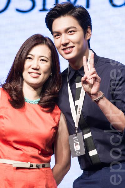 韩星李敏镐(右)8月11日出席访台见面会,并开心与活动厂商合照。(陈柏州/大纪元)