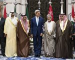 """在""""9.11""""恐袭13周年纪念日当天,阿拉伯世界的10个国家与美国共同发表联合公报,誓言在面对和最终摧毁逊尼派极端组织ISIS(""""伊斯兰国"""")的国际反恐战略中,阿拉伯世界也将""""尽一份力""""。图:11日,美国务卿克里(中)与阿拉伯10国外长在关门会议后合影(BRENDAN SMIALOWSKI/AFP/Getty Images)"""