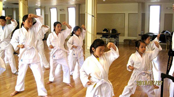 明慧学生武术表演。(明慧学校提供)