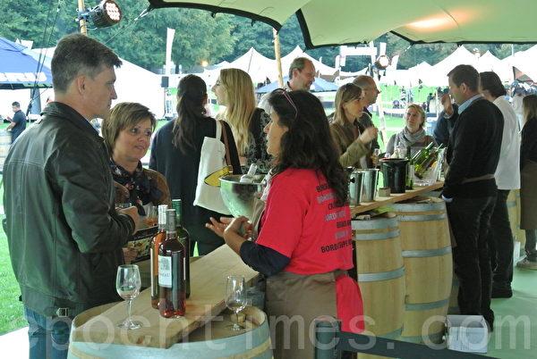 """法国西南部的波尔多市今年第一次和布鲁塞尔旅游局合办名为""""吃在布鲁塞尔!喝在波尔多!""""的活动。(萧依然/大纪元)"""