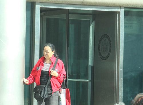 在纽约法拉盛多次参与围攻、谩骂法轮功学员,并因攻击居民程长河被皇后区检察官刑事起诉,图为2011年10月18日,李华红出现在纽约皇后区刑事法院。 (杜国辉/大纪元)